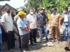 Plh Bupati OKU melakukan peninjauan di lokasi terjadinya longsor di Desa Kedondong Kecamatan Peninjauan