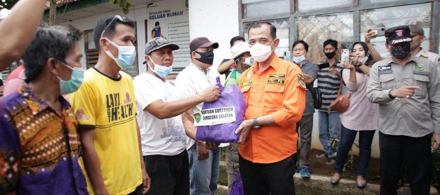 Plh Bupati OKU Bersama BPBD dan Kadin Sosial Pemprov Sumsel Menyalurkan Bantuan Kepada Korban Bencana Angin Kencang